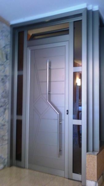 Puertas de aluminio en cornell de llobregat for Modelos de puertas metalicas para viviendas